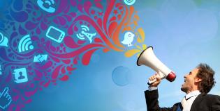 Масовата комуникация се различава от междуличностната по следните неща